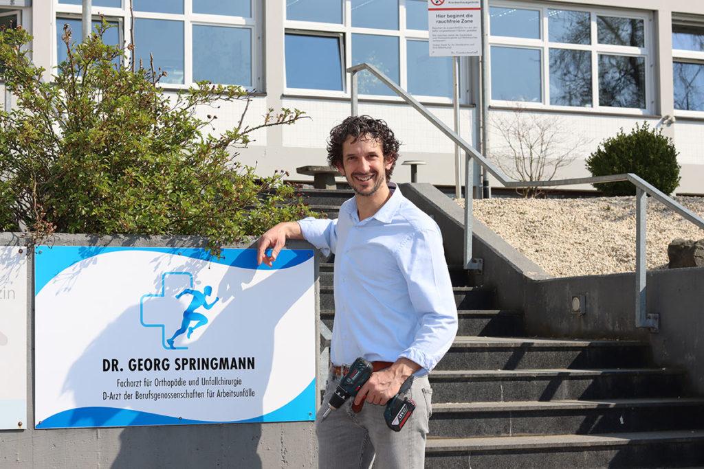 Dr. Georg Springmann mit seinem neuen Praxisschild